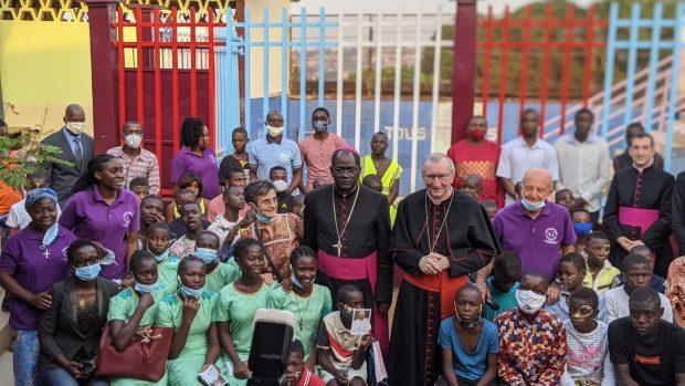 Le cardinal Pietro Parolin, secrétaire d'État du Saint-Siège, au Foyer de l'Espérance, à Yaoundé au Cameroun, le 29 janvier 2021.