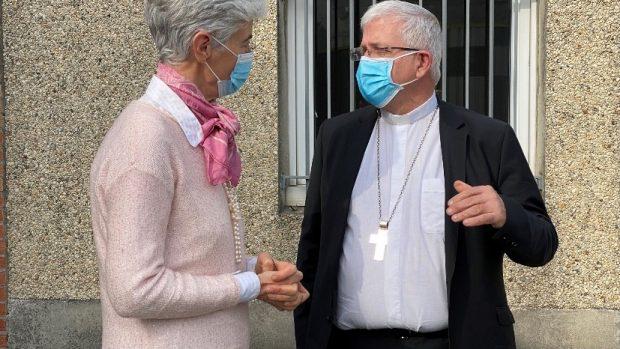 Véronique Fayet, présidente du Secours Catholique - Caritas France, et Mgr Olvier Leborgne, évêque d'Arras et vice-président de la CEF à Calais, le 2 mars 2021.