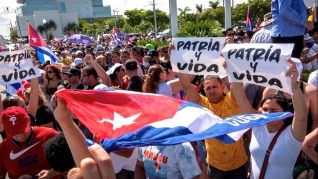 """Des manifestants avec des pancartes """"La Patrie et la Vie"""", en référence au slogan : « La Patrie ou la Mort », par lequel Fidel Castro concluait ses discours."""