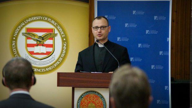 Père Lóránd Ujházi, SJ, membre hongrois du groupe de travail «Migration et Asile» de la COMECE.
